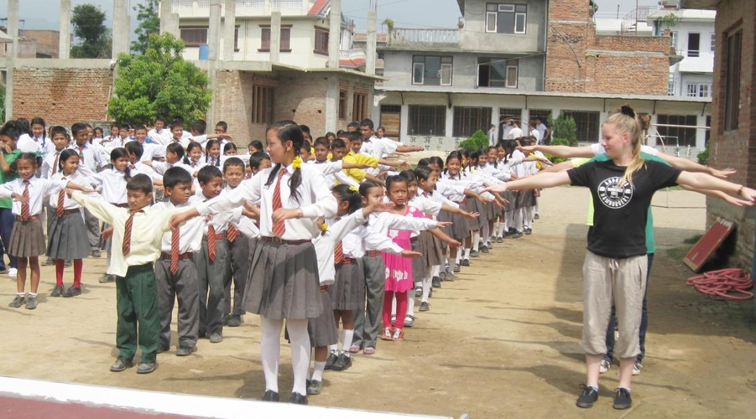 ネパールの子供たちと体操を行う教育ボランティア